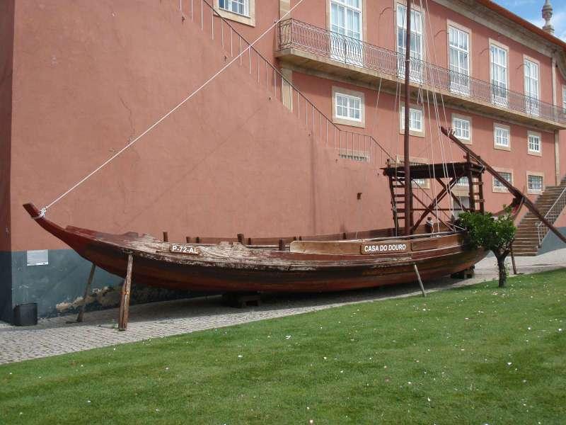 Před muzeem je zaparkovaná jedna z lodí