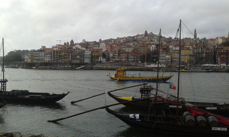 Líně se pohupující se barcos rabelos