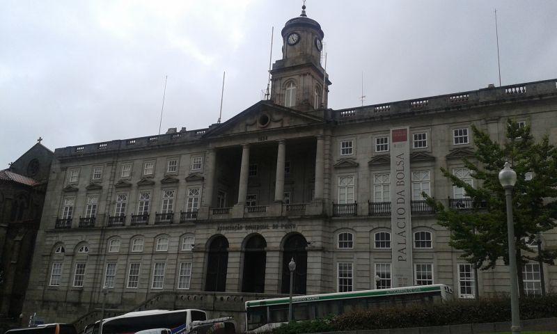 Palácio da Bolsa hostí burzu cenných papírů. Budova byla postavena v roce 1842.