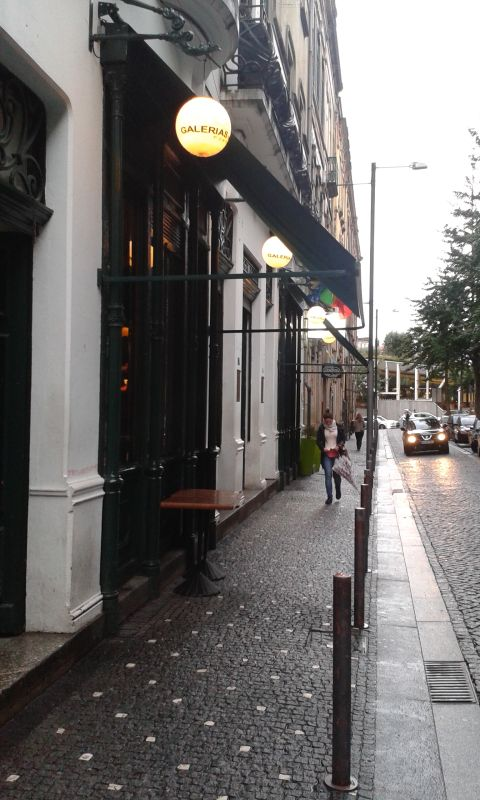Na Rua Galeria de Paris je taky klid, do barů se jde až po desáté večer