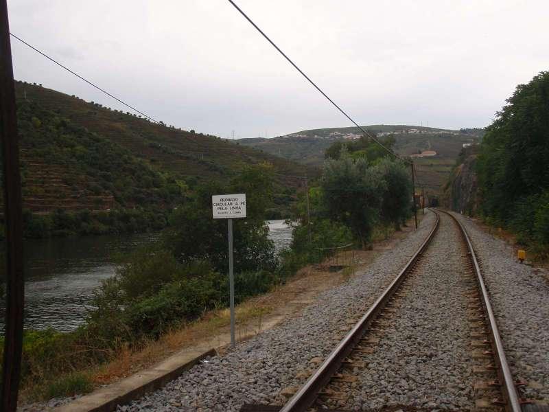 Železnice vede podél řeky Douro