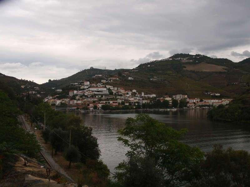 Pohled na Pinhao z cesty do Quinta de La Rosa