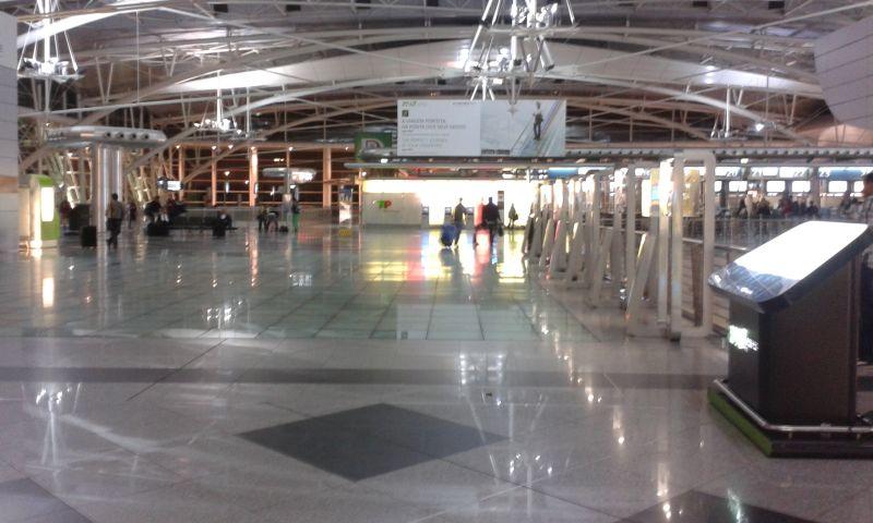 Letištní hala byla tak nablýskaná, že nešlo nic vyfotit