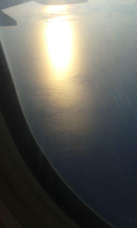 Loď pod námi jako malinká tečka na konci sluneční záře