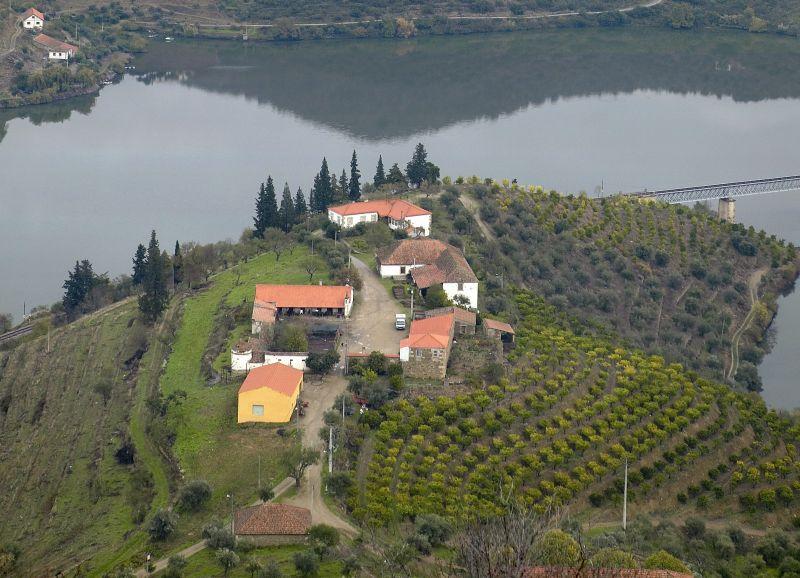 Budovy Quinta do Arnozelo lze zahlédnout i z oken vlaku