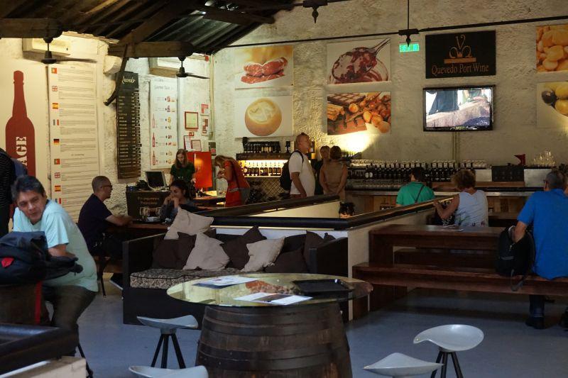 V Quevedu je velký bar a spokojení hosté
