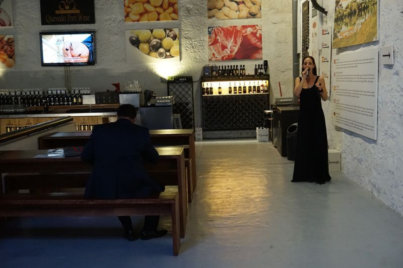 Luisa pěje fado, velmi tklivé a hloubavé písně. Až do půl osmé večer.