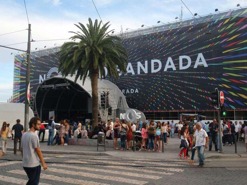 Velkoplošná instalace na náměstí Praça de Gomes Teixeira