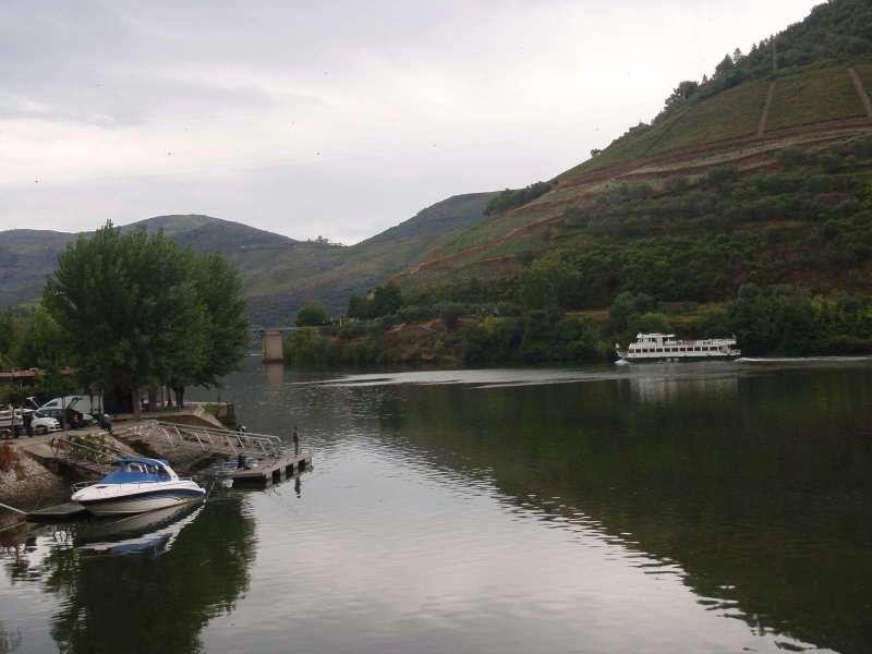 Řeka je dnes klidná, občas projede loď s turisty