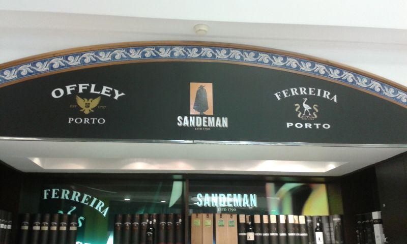 Nejen Sandemanův regálek najdete v letištním obchodu