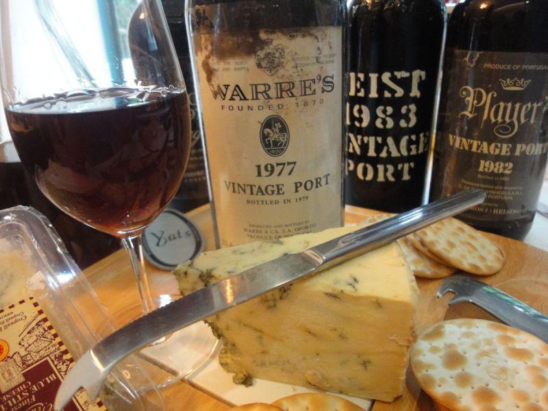 Sýr Stilton je báječným doplňkem k portskému vínu (zdroj: yatswinecellars.com)