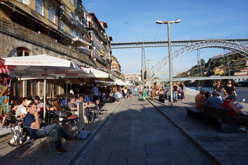 Do Vila Nova de Gaia jsme to vzali kolem řeky na druhou stranu přes spodní patro mostu Ludvíka I.
