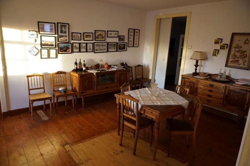 V obývacím pokoji je původní nábytek. A fotky měst, které navštívila, včetně Prahy.