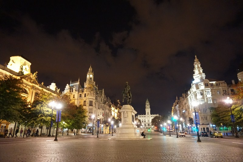 Poslední večer na náměstí Aliados. Nad Portem se stahují mraky, radši leťme domů.