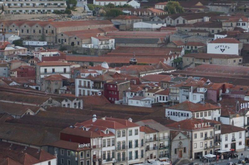 Červené střechy vinařských domů vládnou pohledu na Vila Nova de Gaiu