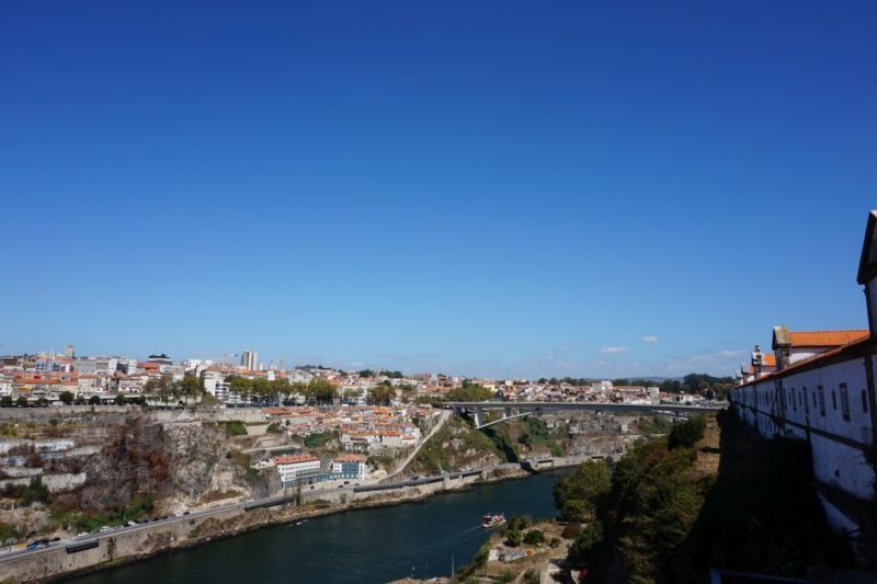 Východním směrem dohlédnete k mostu Ponte do Infante