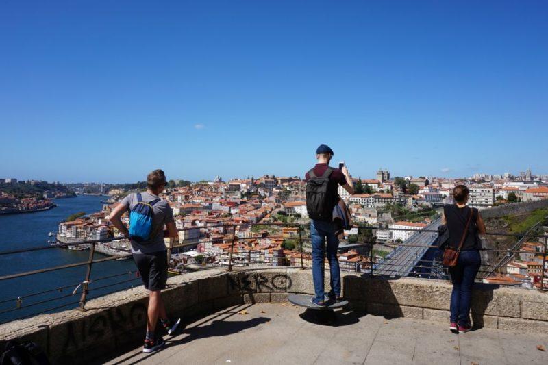 Opřete se o zábradlí a pevně se držte. Velkolepý, panoramatický výhled na celé přístaviště Ribeira a naproti Vila Nova de Gaiu až k mostu Arrábida, stejně jako na historické centrum Porta, most Ludvíka I, most Ponte do Infante a oblast Fontainhas vám zajisté učaruje.