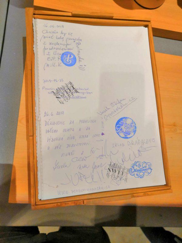 Kniha návštěv ve vinařství Poças Junior byla plná pochvalných vzkazů z celého světa. Jeden jsme loni přidali i my.