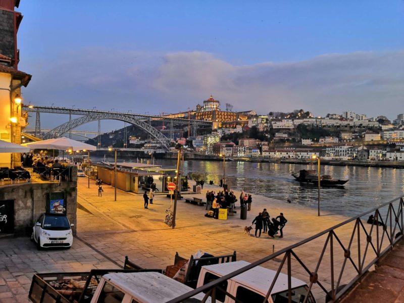Přemítám si v hlavě, jak příjemná byla procházka v prosinci 2019 po podvečerní Ribeiře kolem řeky Douro. Nyní je tam liduprázdno.