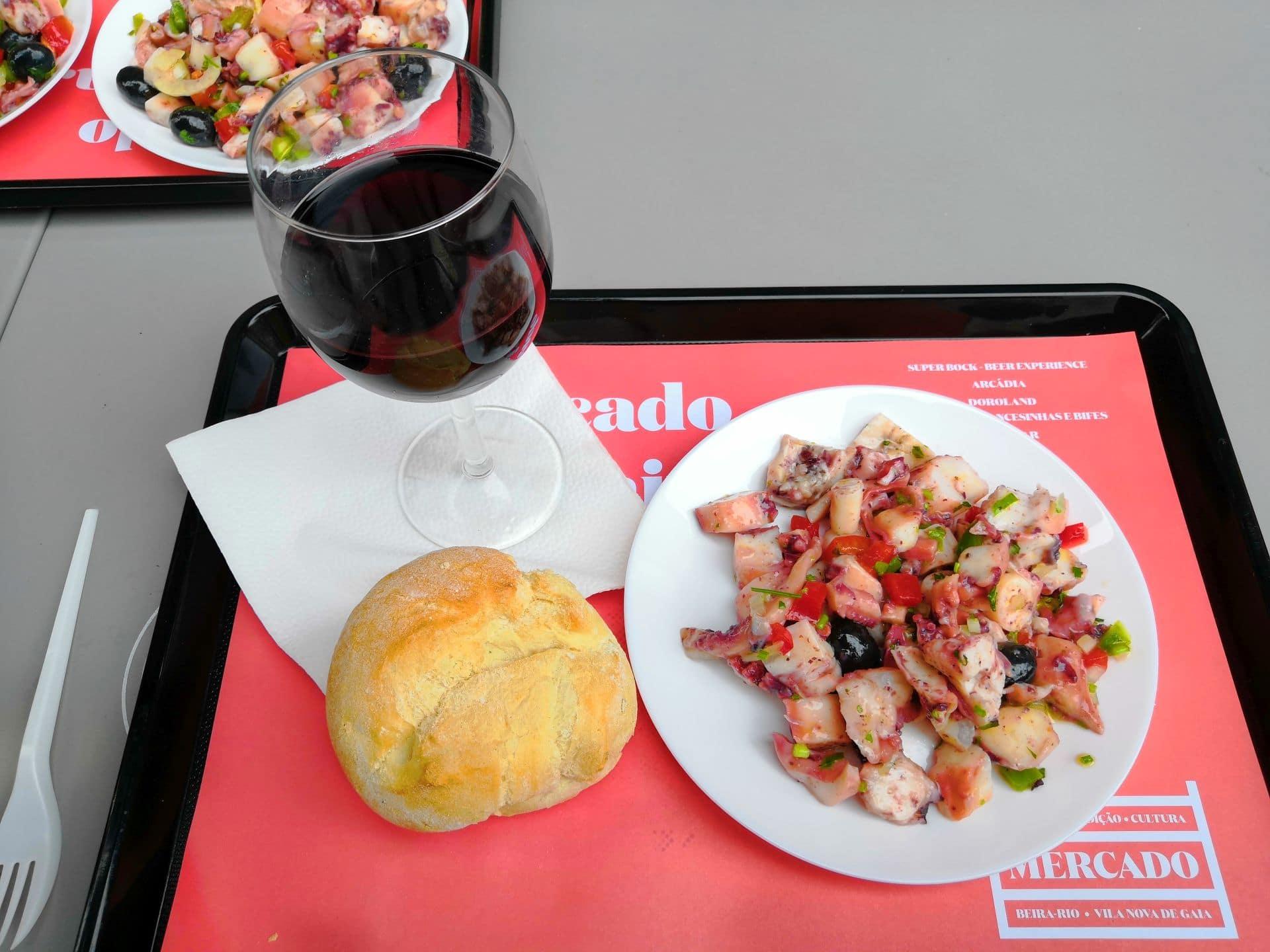 U mě padla volba na salátek z chobotnice. Exotická dobrota, co doma nejídám.