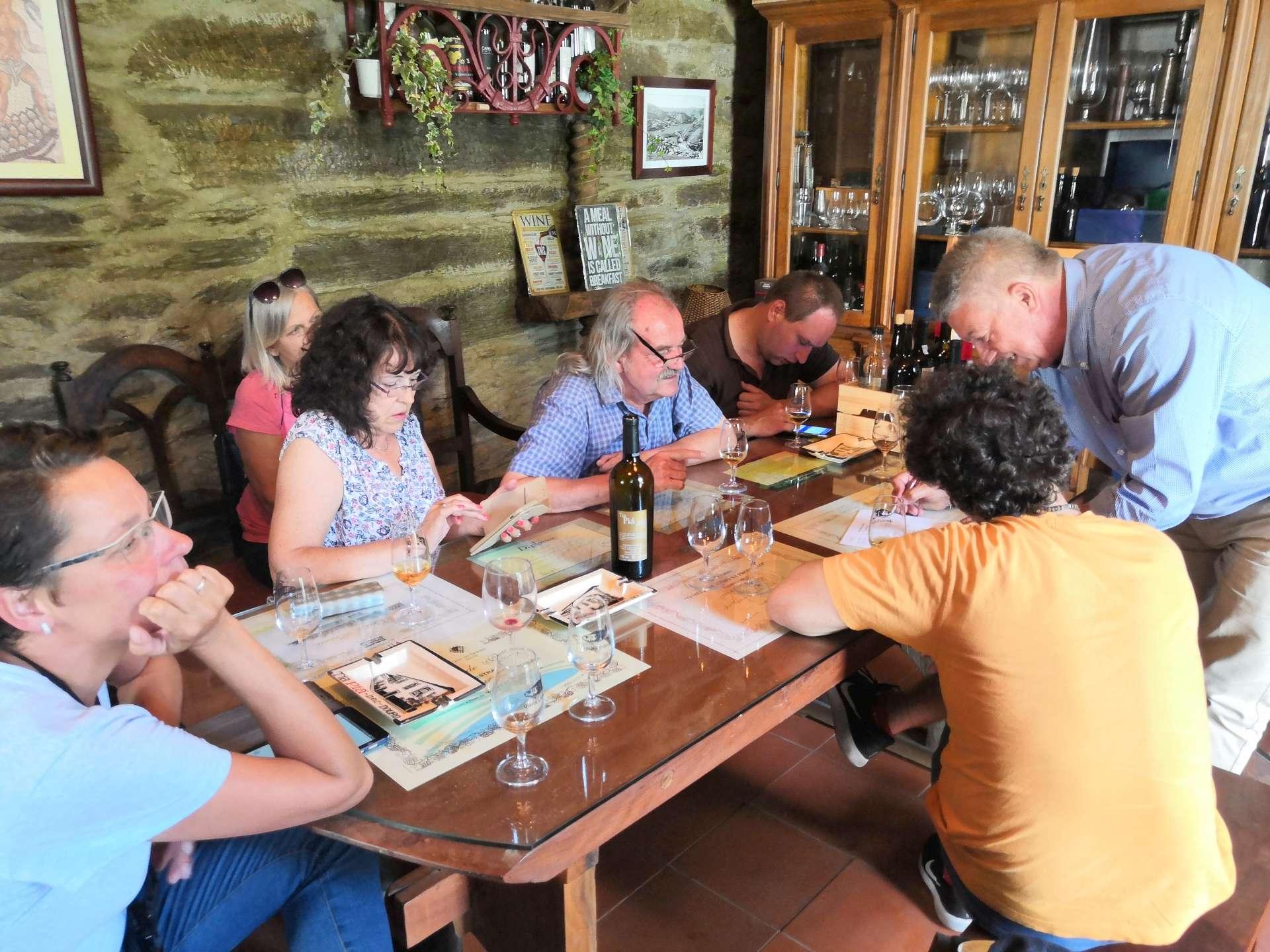 Odpolední návštěva v Quinta da Estrada. Pán domu José je vynikající vinař, jenž se zaměřuje především na tichá vína. Ta v Douru najdete jako kupáže více odrůd. Je v tom pak umění každého winemakera, jaký originální blend vytvoří.