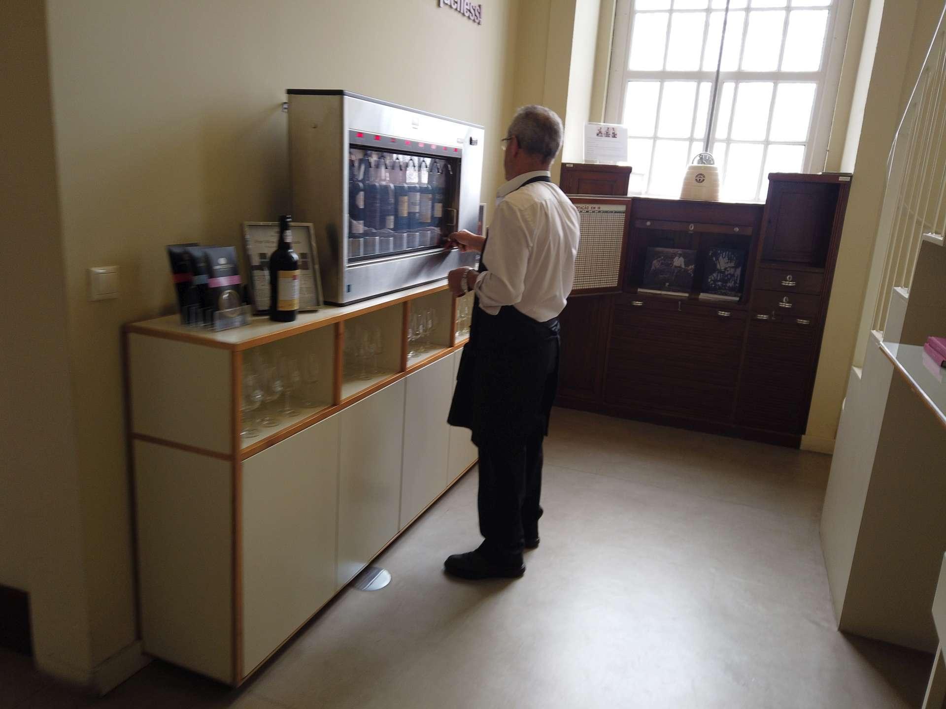 Kroky vzdělaného milovníka portského vína musí nutně vést sem do Institutu portského vína a vín z Doura. Z téhle krabičky si můžete nechat nalít vzorek a v klidu degustovat.