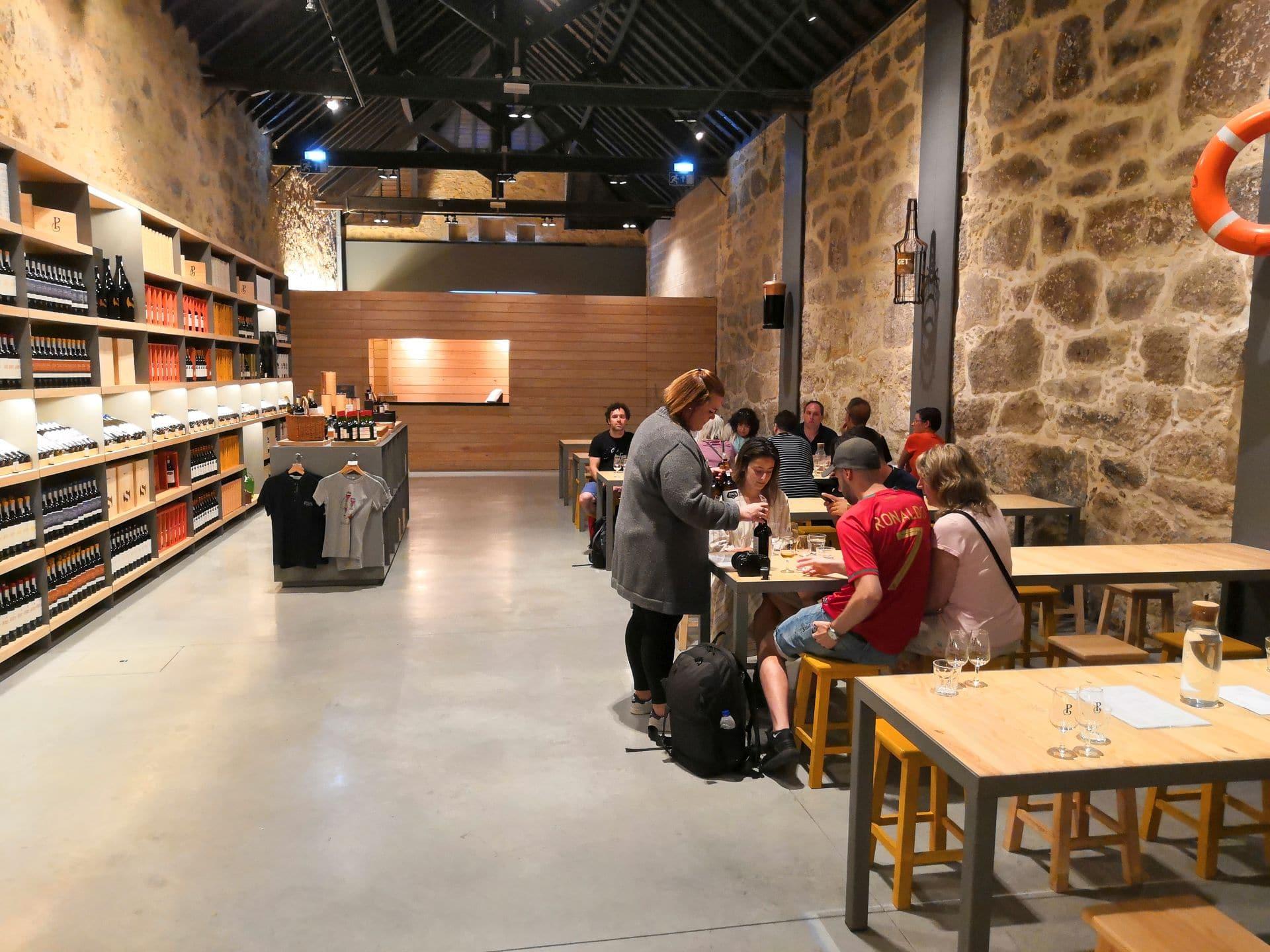 Rozlehlý a klidný tasting room u Poçasů.