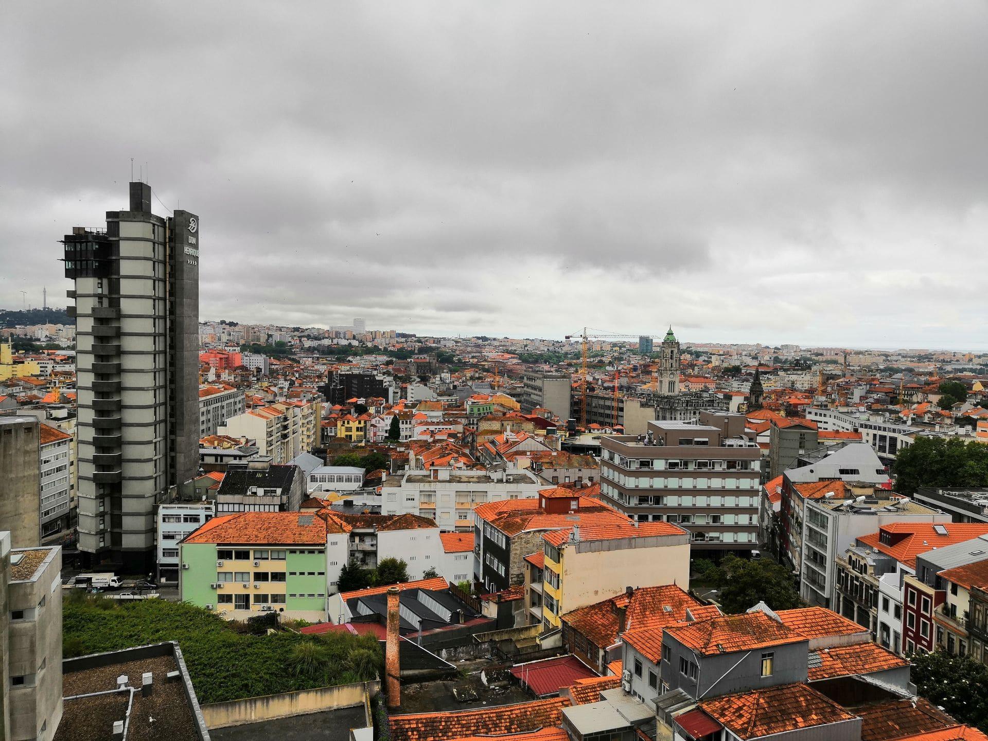 Středeční dopoledne se na nás Porto netvářilo moc přívětivě, ale jak už víme, tady ráno neznamená odpoledne a večer. Během dne se počasí většinou změní ve sluníčko. Z našeho bytu na Rua de Gonçalo Cristóvão v 10. patře byl výhled vskutku nadpozemský.