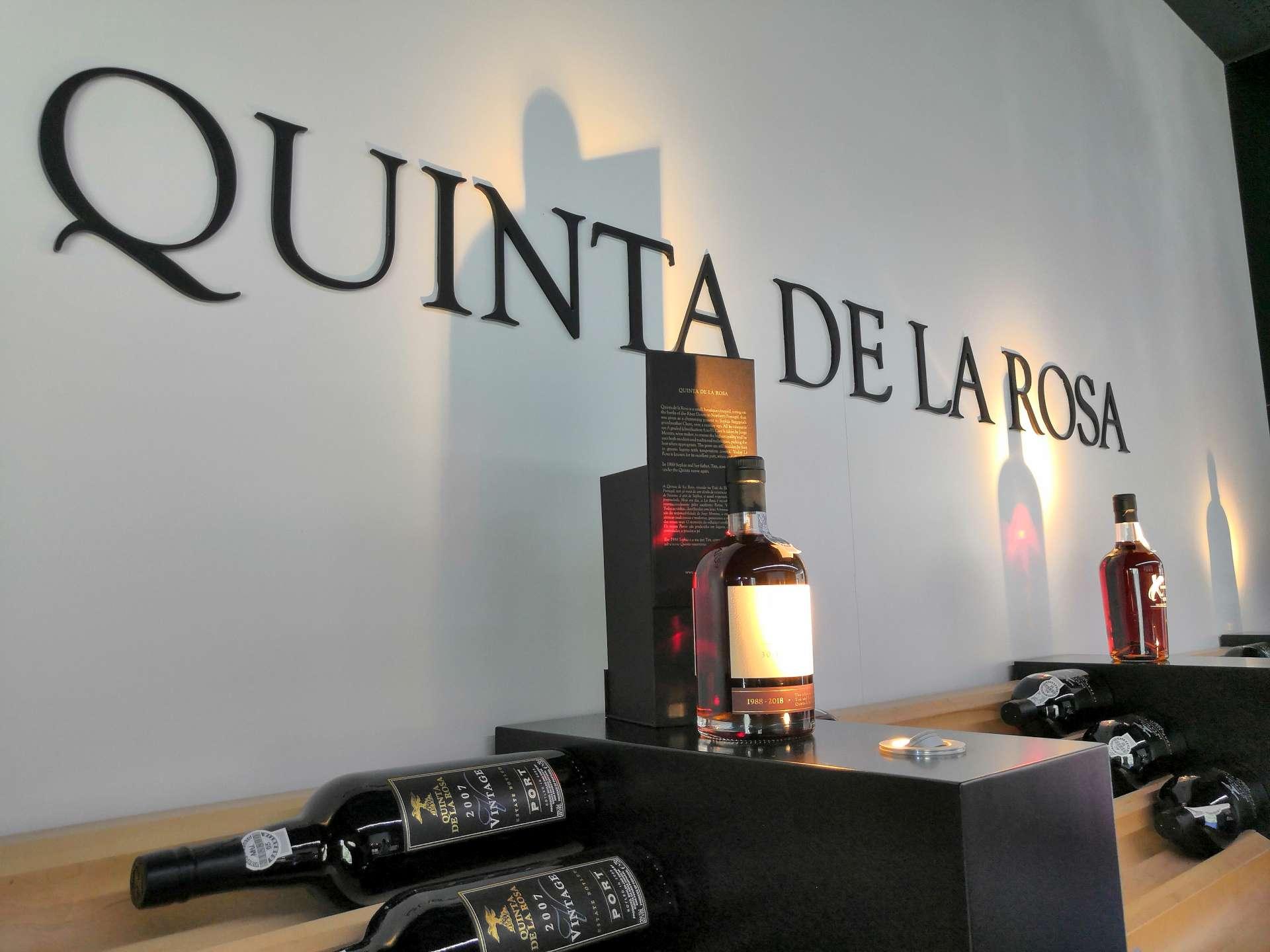 Quinta de la Rosa je světoznámou značkou. S jejich portským, tichým vínem, olivovým olejem či nově pivem se můžete setkat nejen v Evropě, ale i v USA.