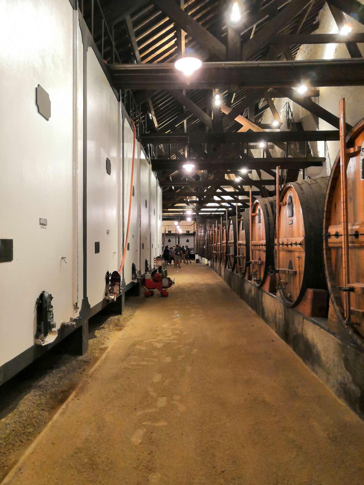 Bílé nádrže vlevo slouží k uchování mladého portského vína po vinobraní, ještě dříve, než putuje do sudů. Na jaře jej pak odvezou do skladů ve Vila Nova de Gaia.
