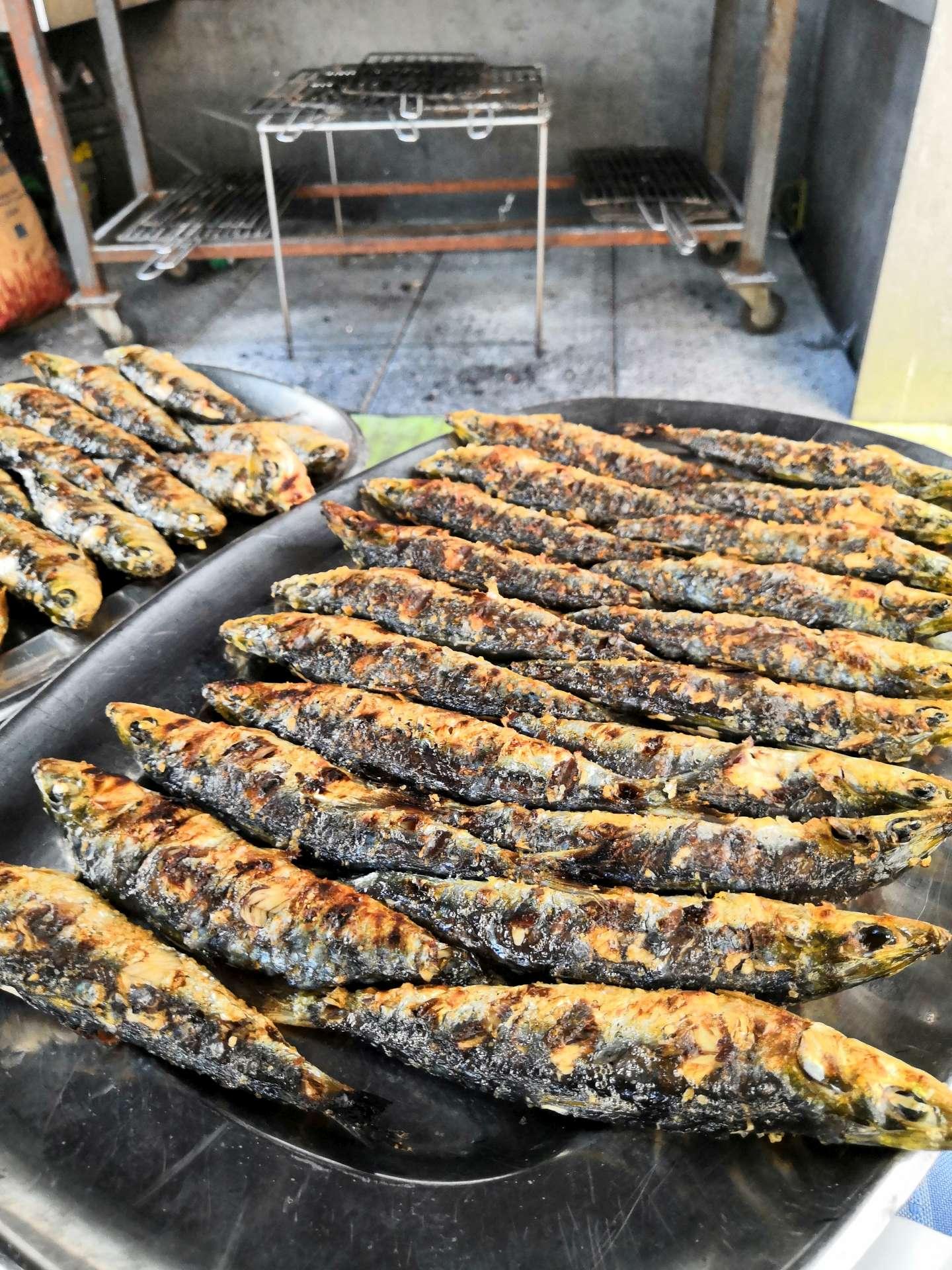 Grilované sardinky základem zdejších menu. No nevypadají báječně? K nim brambory, cibuli, papriku, oliváček a samozřejmě bílé nebo růžové víno. Jednoduché, ale fantasticky chutné.