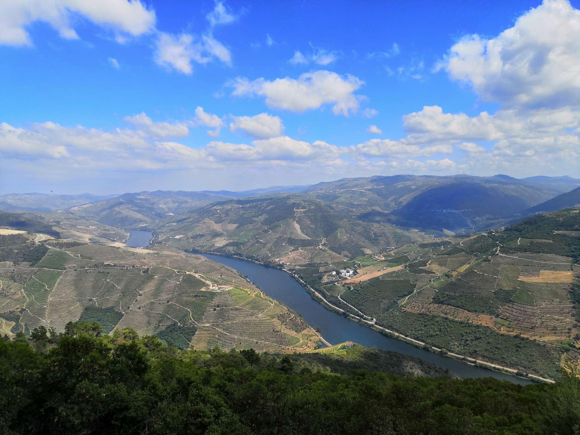 Ve čtvrtek jsme ráno na letišti v půjčovně vyzvedli auto a vyrazili do údolí Doura. Po obědě ve Vila Real nás jako první zastávka čekala vyhlídka Sao Leonardo de Galafura. Sem jezdím také moc rád, odtud snadno pochopíte, jak nádherné Douro vlastně je.