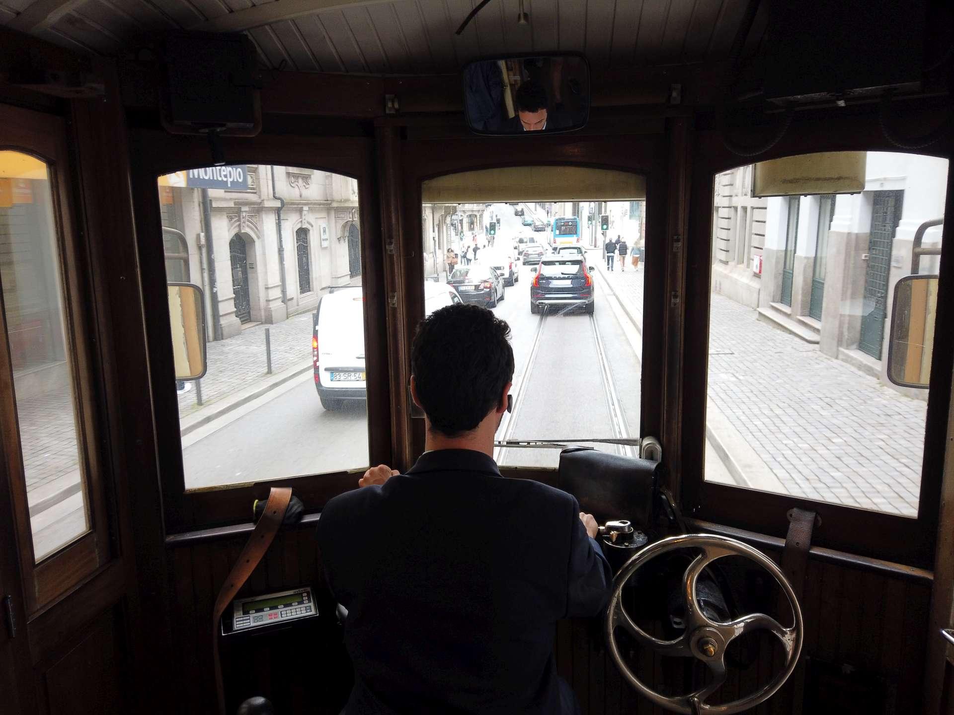 I když tramvaj nejede nijak rychle, řidič musí předvídat dopravu před sebou. Ve městě fungují 3 linky, z Batalha do Carmo vede známá Linha 22. Svezete se za 3,50 EUR.