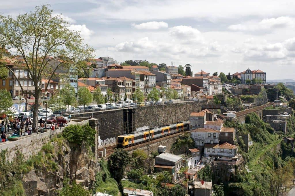 Pohled na čtvrť Fontaínhas (zdroj: Flickr nmorao - Wikipedie)