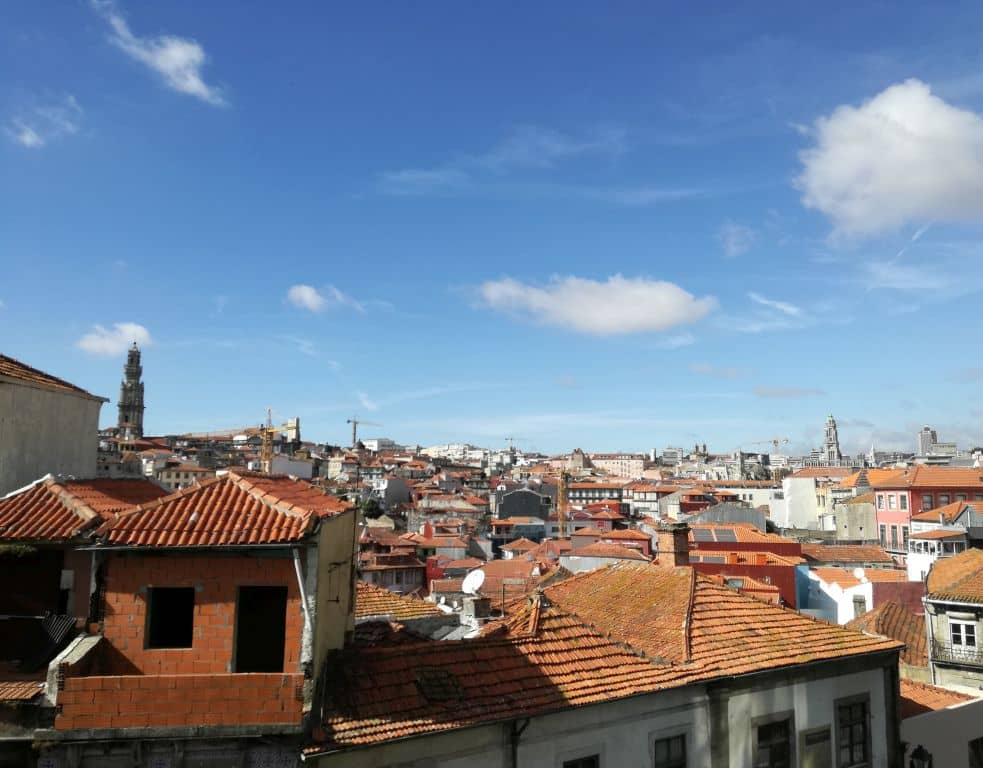 Od katedrály směrem do města. Vlevo majestátná Torre dos Clérigos.
