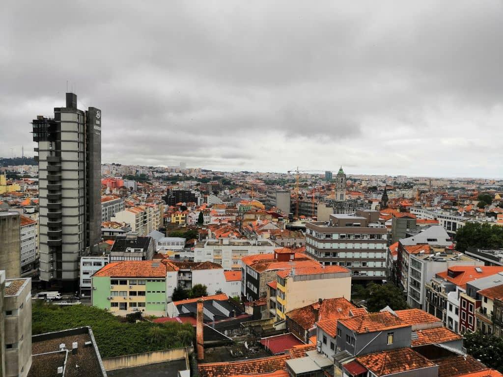 Můj výhled z 10. patra činžáku na ulici Rua de Gonçalo Cristóvão. Vlevo stojí Hotel Dom Henrique. Tak příště sraz v baru 17° na terase, jo?