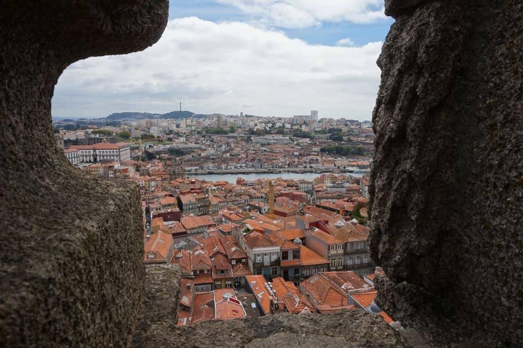Výhled z ochozu věže na Vila Nova de Gaia. Úplně vlevo Episkopální palác.