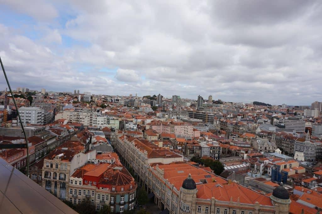 Severním směrem je vidět kousek radnice a vysoký hotel Dom Henrique