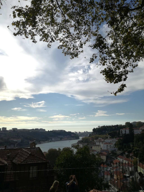 Řeka Douro a dole nejstarší část města - Miragaia