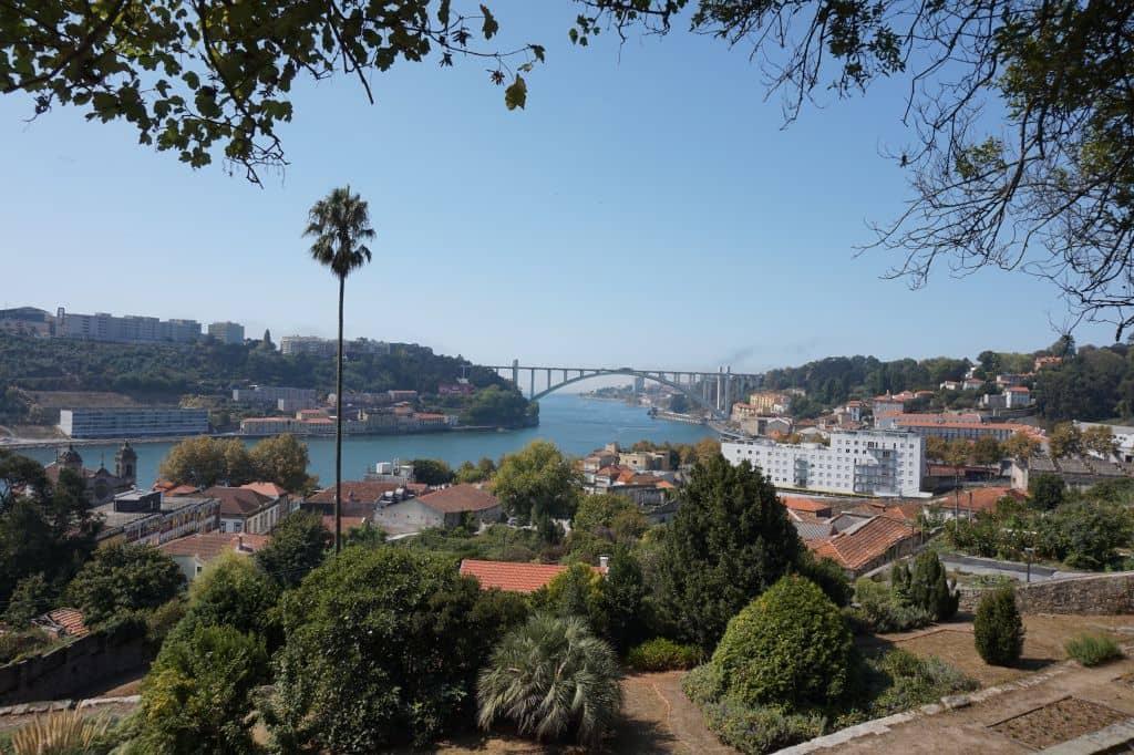 Pohled z níže položeného Parque da Quinta da Macieirinha