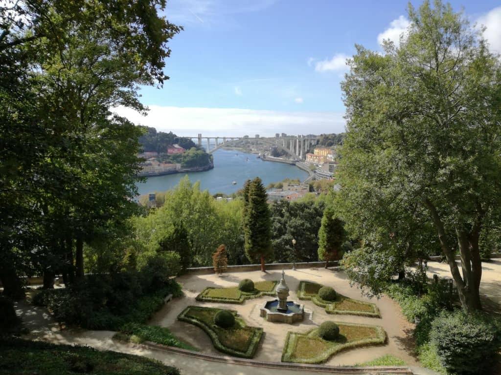Zahrady jsou plné upravených obrazců a keřů, nechybí ani kašny a fontány. No a ten výhled! V popředí most Ponte da Arrábida a za ním již jen širý oceán.