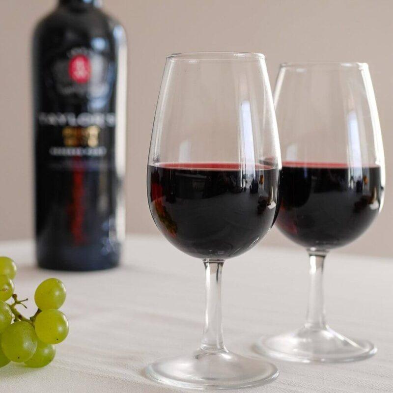 Portská vína typu Ruby Reserva vynikají svojí elegantní rudou barvou a chutí po třešních nebo sušených švestkách (zdroj: We travel Portugal)