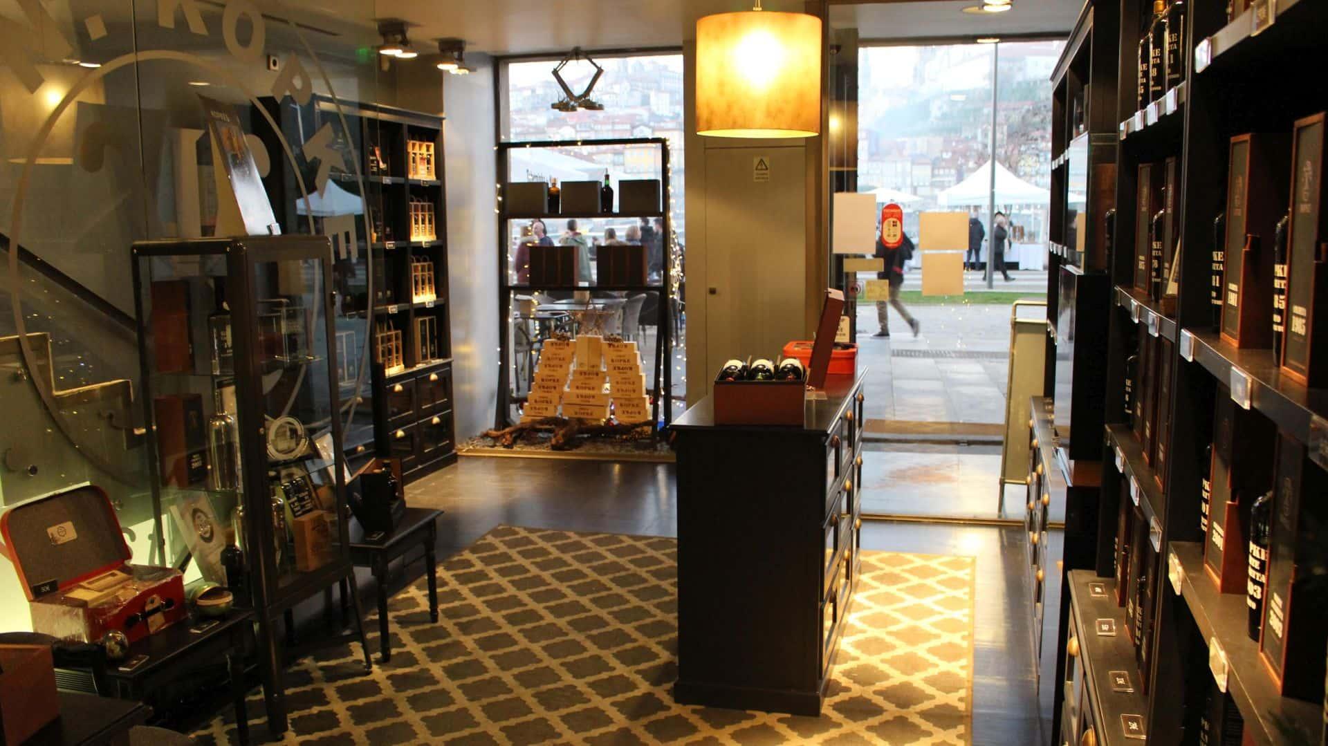 V přízemí Kopke Port Wine House vás nadchne elegantní prostor, kde si můžete vína koupit