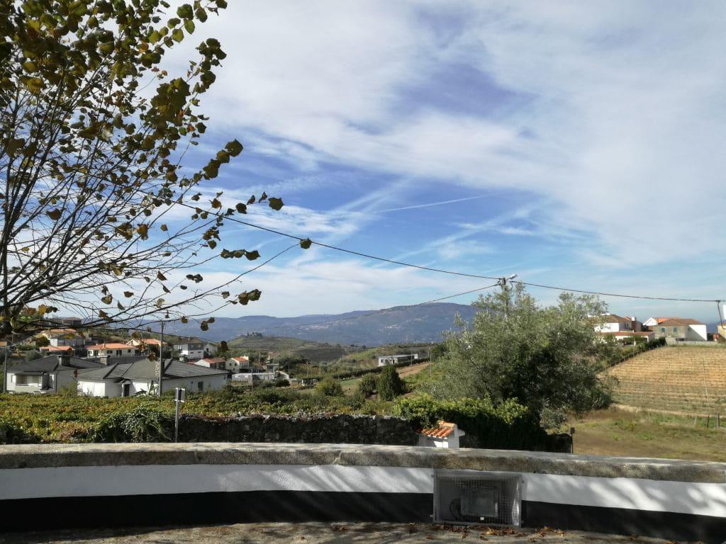 V dáli se tyčí pohoří Serra do Marão. Zachyceno z vesnice Poiares.