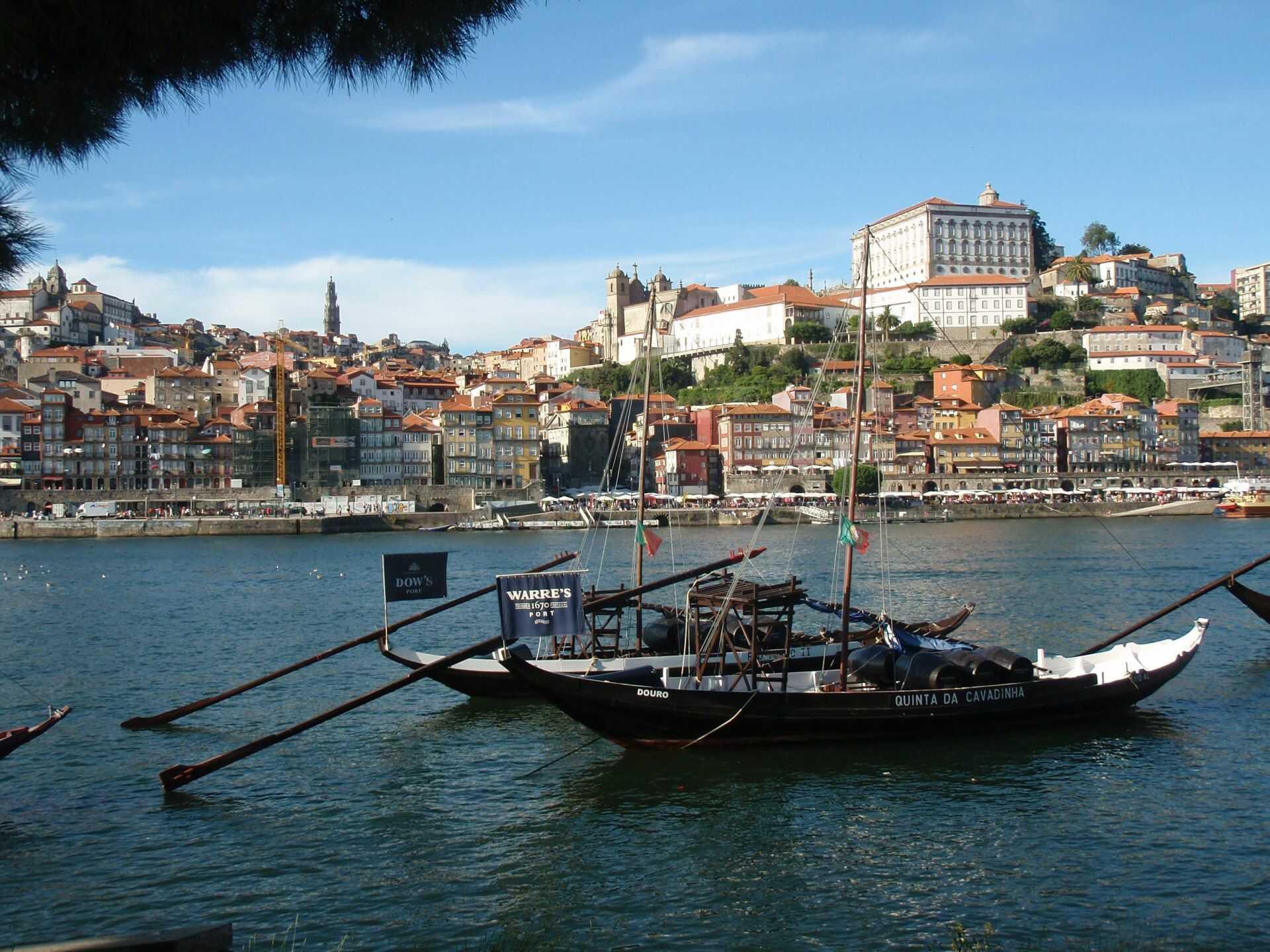 Lodě barcos rabelos kotvící u břehu Vila Nova de Gaia