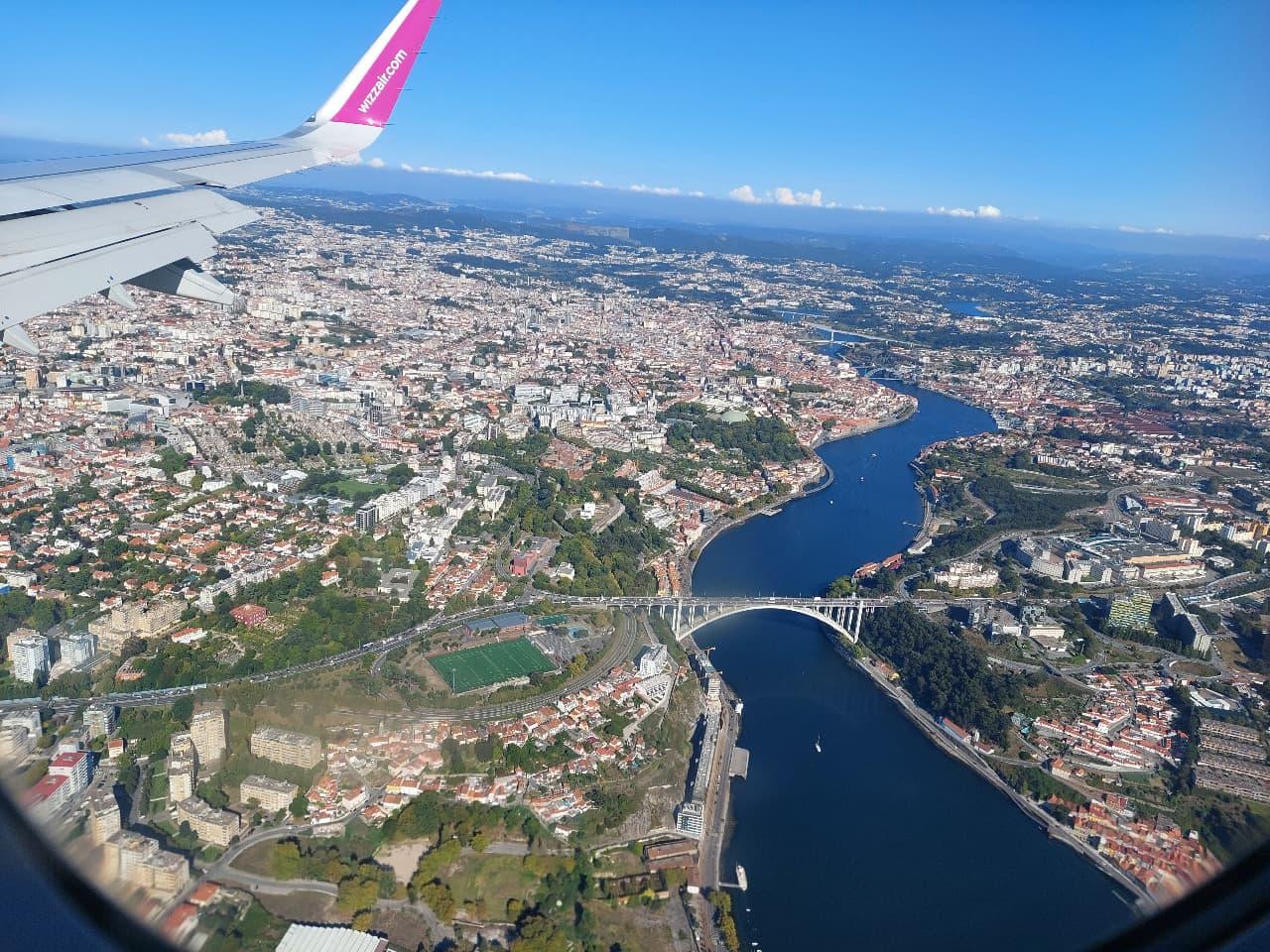 Při pohledu na Porto z okýnka letadla začíná mít těšení se na výlet konečně ten správný rozměr