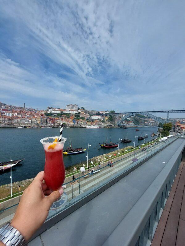 Koktejl, house music a výhled na Porto najdete na terase domu Porto Cruz