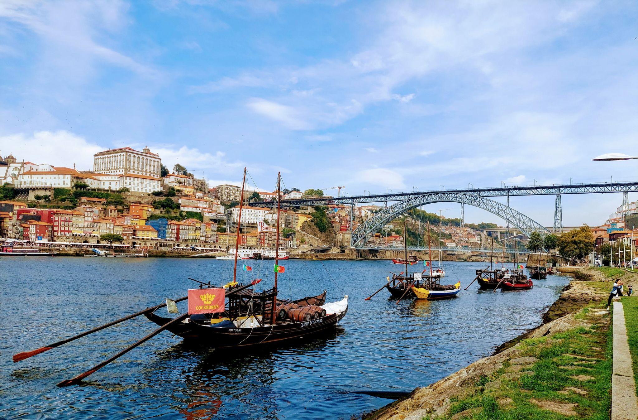 Pohled na Porto a most Ludvíka I. z nábřeží ve Vila Nova de Gaia